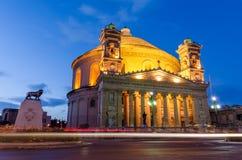 Mosta kupol på natten - Malta Arkivfoton