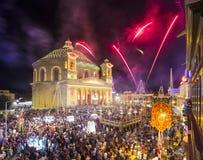 MOSTA MALTA - 15 AUGUSTI 2016: Fyrverkerier på den Mosta festivalen på natten med den berömda Mosta kupolen Royaltyfria Bilder