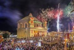 MOSTA MALTA - 15 AUGUSTI 2016: Fyrverkerier på den Mosta festivalen på natten med den berömda Mosta kupolen Arkivfoto