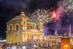 MOSTA MALTA - 15 AUGUSTI 2016: Fyrverkerier på den Mosta festivalen på natten med den berömda Mosta kupolen fotografering för bildbyråer