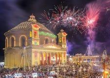 MOSTA MALTA - 15 AUGUSTI 2016: Fyrverkerier på den Mosta festivalen på Royaltyfri Bild