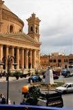 Mosta, Malta, Augustus 2015 Hoofd vierkante en beroemde katholieke kathedraal stock foto
