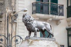 Mosta, Malta - 11 maggio 2017: Monumento del leone sulla rotonda vicino a rotunda di Mosta fotografia stock