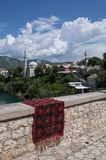 Mostar, alfombra, horizonte, Koski Mehmed Pasha Mosque, alminar, Bosnia y Herzegovina, Europa, Islam, religión, lugar de culto fotos de archivo libres de regalías