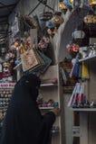 Mostar, bazar, mercado, compras, artes, mujer, Islam, gente local, Bosnia y Herzegovina, Europa fotografía de archivo libre de regalías