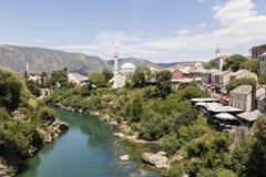 Mostar, Bosnië en Herzegowina, 15 Juli 2017: Mening van de historische oude stad van Mostar met de Neretva-rivier Royalty-vrije Stock Afbeeldingen