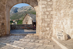 MOSTAR, BOSNIA AND HERZEGOVINA. AUGUST 10, 2012: Don't Forget stone located near the Old Bridge. It  reminds visitors of the war against the muslims from 1991 Stock Images