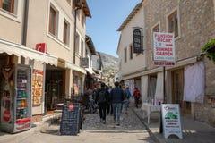 Mostar, Bosnia y Herzegovina - abril de 2019: Ciudad vieja de Mostar Turistas que caminan en la calle de mercado imagen de archivo
