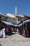 Mostar, Bosnia y Herzegovina, Europa, ciudad vieja, calle, arquitectura, caminando, horizonte, bazar, compras, tiendas de souveni fotos de archivo