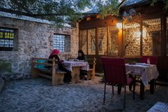 Mostar, Bosnia y Herzegovina, Europa, mujeres, Islam, amistad, restaurante, ciudad vieja, calle, arquitectura, imagen de archivo