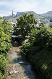 Mostar Bosnien och Hercegovina, Europa, gammal stad, Neretva, flod som rafting, natur, gräsplan, horisont, sport som är utomhus- royaltyfria bilder