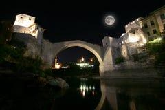 Mostar bro på natten Arkivbilder
