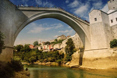 Mostar con el puente famoso, Bosnia   Fotografía de archivo