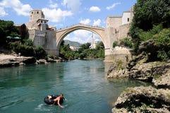 Mostar - el puente viejo (Stari más) con un muchacho Fotos de archivo