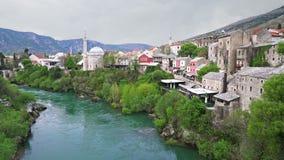 Mostar en Neretva-Rivier in Bosnië - Herzegovina stock footage