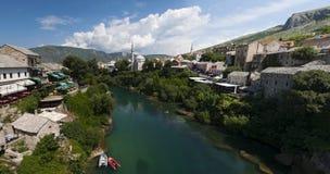 Mostar, horizonte, río, Neretva, mezquita, alminar, Bosnia y Herzegovina, Europa, Islam, religión, lugar de culto foto de archivo libre de regalías