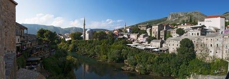 Mostar, horizonte, río, Neretva, mezquita, alminar, Bosnia y Herzegovina, Europa, Islam, religión, lugar de culto imagen de archivo libre de regalías