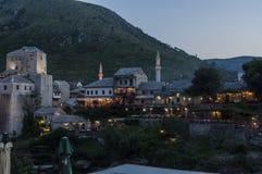 Mostar, horizonte, río, Neretva, mezquita, alminar, Bosnia y Herzegovina, Europa, Islam, religión, lugar de culto imagenes de archivo