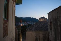 Mostar, horizonte, río, Neretva, mezquita, alminar, Bosnia y Herzegovina, Europa, Islam, religión, lugar de culto imagen de archivo