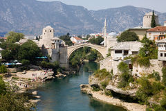 Mostar-Stadtbild mit Neretva-Fluss und der alten Brücke Stockfoto