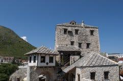Mostar Stari mest, gammal bro, Bosnien och Hercegovina, Europa, gammal stad, tak, arkitektur som går, horisont, torn royaltyfri fotografi