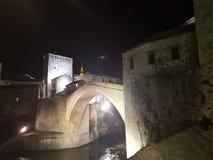 Mostar& x27; vecchio ponte di s di notte fotografie stock libere da diritti