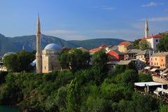 Mostar w Bośnia i Herzegovina - krajobraz z Koski Mehmed Meczetowym Pasha widzieć od Starego mosta fotografia stock