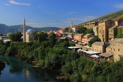 Mostar w Bośnia i Herzegovina - krajobraz z Neretva rzeką meczetem Koski Mehmed Pasha widzieć od Starego mosta i zdjęcia stock