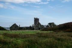 Mosteiro Franciscan com o céu nebuloso na ilha do sherkin fotos de stock