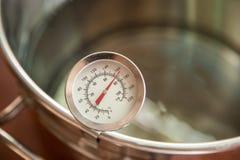 Mosto di malto della birra che inizia a bollire, mosto di malto per la birra del grano di birra fatta in casa immagine stock