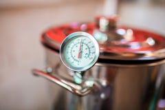 Mosto di malto della birra che inizia a bollire, mosto di malto per la birra del grano di birra fatta in casa immagini stock