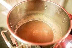Mosto di malto della birra che inizia a bollire, mosto di malto per la birra del grano di birra fatta in casa fotografie stock