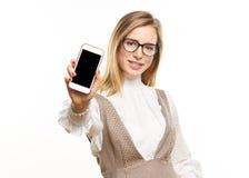 Mostrándole un teléfono elegante Imágenes de archivo libres de regalías