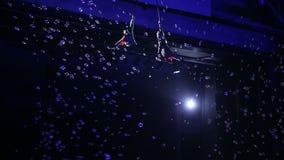 Mostra aérea dos executores da criança no circo vídeos de arquivo
