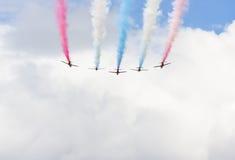 Mostra aerobatic do voo da seta vermelha em Tallinn, Estônia Foto de Stock Royalty Free
