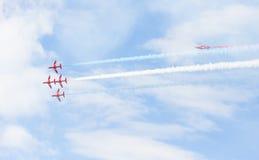 Mostra aerobatic do voo da seta vermelha em Tallinn, Estônia Fotos de Stock Royalty Free