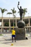 Mostra brasileira do indivíduo sua habilidade do futebol na frente de Maracana Stadi Foto de Stock