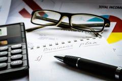 Mostra business plan e del rapporto finanziario contabilità fotografia stock libera da diritti