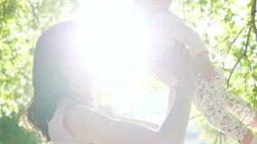 A mostra caucasiano bonita do mum à ternura recém-nascida sente o slowmo vídeos de arquivo