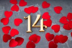 mostra cinzenta do fundo do 14 de fevereiro com coração vermelho Imagens de Stock