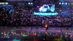 Mostra clara de néon na fase na escuridão na arena moderna do gelo filme