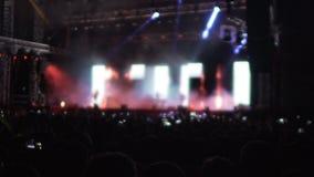 Mostra clara surpreendente na fase na sala de concertos, silhuetas das mãos de ondulação dos povos video estoque