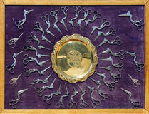A mostra com lembranças, prato e tesouras do aço Fotos de Stock Royalty Free