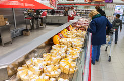 Mostra com o queijo pronto à venda no supermercado Magnit, Rússia Foto de Stock Royalty Free