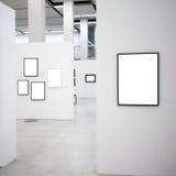 Mostra con molti blocchi per grafici vuoti sulle pareti bianche Immagini Stock Libere da Diritti