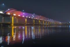 Mostra da fonte do arco-íris na ponte de Banpo em Seoul imagens de stock
