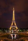 Mostra da iluminação da torre Eiffel na noite Paris, France Foto de Stock Royalty Free