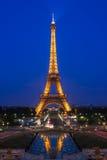 Mostra da iluminação da torre Eiffel na noite Paris, France Foto de Stock