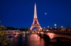Mostra da luz da noite da torre Eiffel foto de stock royalty free
