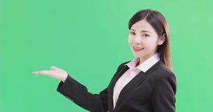 Mostra da mulher de negócios algo fotografia de stock